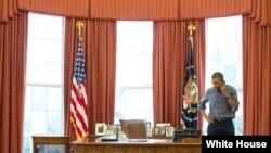 Presiden AS Barack Obama berbicara di telepon dalam Ruang Oval dengan Presiden Rusia Vladimir Putin mengenai situasi di Ukraina (1/3).