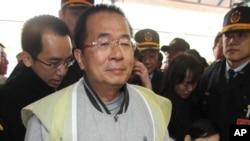 台湾前总统陈水扁获准临时出狱与夫人吴淑珍一道在台南祭拜去世的岳母。(2013年6月2日资料照)