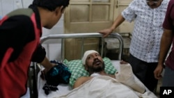 Seorang penulis Bangladesh, Sudeep Kumar Ray Barman mendapat perawatan di sebuah rumah sakit di Dhaka Sabtu (31/10), setelah diserang oleh ekstrimis Islamis di sana dua bulan lalu.