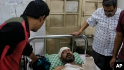 Penulis Bangladesh yang luka-luka Sudeep Kumar Ray Barman dirawat di Rumah Sakit Dhaka Medical College di Dhaka, Bangladesh, Sabtu, 31 Oktober 2015.