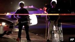 Polisi mengamankan kota Ferguson, Missouri pasca penembakan remaja yang menyulut kerusuhan (11/8).