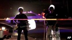 8月11日,密苏里弗格森的警察,身穿防爆服,在等待人群散去。