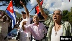 Un grupo de cubanos, la mayoría de ellos exiliados en Miami, se oponen a la nueva apertura para los hermanos Castro, ofrecida por el presidente Barack Obama.