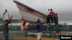 Ljudi izvlače brod iz mora pred dolazak tropske oluje Fred u Santa Domingu, Dominikanska Republika, 11. augusta 2021.