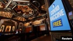 "Para pengunjung menerima vaksin COVID-19 dengan berhadiah undian tiket nonton ""Hamilton"" di Pantages theatre di Los Angeles, California, AS, 12 Juni 2021."