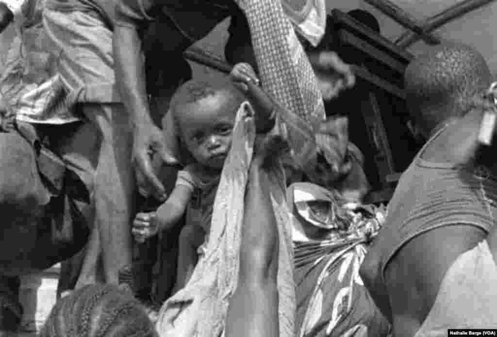 Des réfugiés de Sierra Leone près de la frontière guinéenne, mai 2000. (Nathalie Barge, VOA)