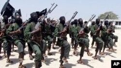 Arhiva - Stotine novih treniranih boraca Al-Šababa izvode vojnu vežbu u oblasti Lafofe, 18 kilometara južno od Mogadiša, Somalija (AP Photo/Farah Abdi Warsameh, File)