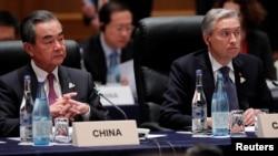 Ngoại trưởng Canada và Trung Quốc trong một cuộc họp ở Nhật.