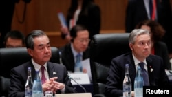 中国外长王毅和加拿大外长商鹏飞(Francois-Philippe Champagne)星期六种20国集团会议上。