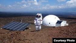 Seorang ilmuwan AS dari Univeristas Hawaii melakukan simulasi misi di Mars di kota Mauna Loa, Hawaii (foto: ilustrasi).