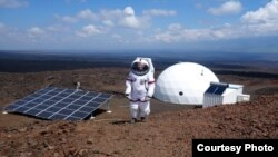 Un membre de HI-SEAS participe à une simulation d'un an à Mauna Loa, Hawaii.(Courtesy University of Hawaii / HI-SEAS)