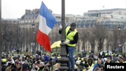 عکس آرشیوی از تظاهرات معترضان موسوم به «جلیقهزردها» در پاریس