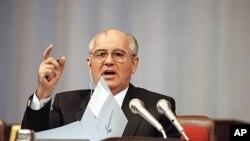 ຜູ້ນຳສະຫະພາບໂຊວຽດ ທ່ານ Mikhail Gorbachev ຖະແຫຼງຕໍ່ສະພາ ໃນລະຫວ່າງການອະພິປາຍກ່ຽວກັບຂໍ້ ສະເໜີ ຂອງທ່ານ ທີ່ຈະຫັນປ່ຽນສະຫະພາບໂຊວຽດໃຫ້ກາຍເປັນສະຫະພັນ ຂອງປະເທດອະທິປະໄຕ ທີ່ກຸງມົສກູ (4 ກັນຍາ 1991)