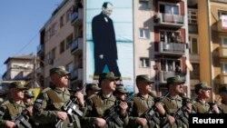 Pripadnici Kosovskih beybednosnih snaga marširaju tokom proslave obeležavanja osme godišnjice od proglašenja kosovske nezavisnosti, 17. februara 2016. u Prištini