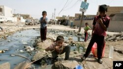 بغداد: صدر سٹی میں بچے پھٹی ہوئی پائپ لائن سے پانی پیتے ہوئے