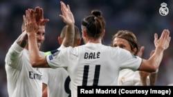Bale de Real Madrid se congratule avec deux de ses coéquipiers après un but lors du match de la Ligue des champions contre l'AS Rome, au stade Santigo Bernabeu, 19 septembre 2018. (Twitter/Real Madrid)