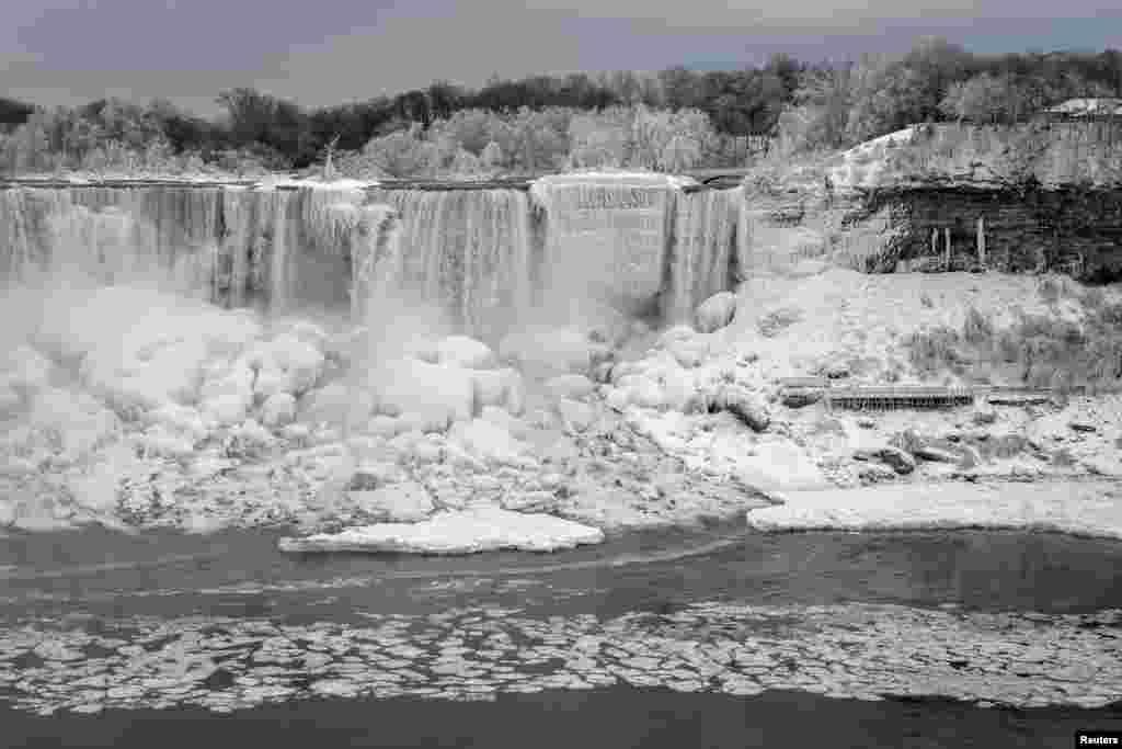 مسلسل سردی کے باعث آبشار اور اس کے ارگرد کا علاقہ مکمل طور پر برف کی شکل اختیار کر گیا ہے۔