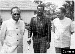 À esquerda, António Agostinho Neto, Jonas Savimbi e Holden Roberto