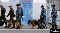 Полицейские со служебными собаками патрулируют Олимпийский парк. Сочи. Россия. 28 января 2014 г.
