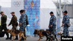 Ruska policija sa psima tragačima koji traže eksploziv u šetnji Olimpijskim parkom
