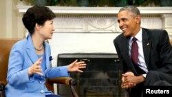 Tổng thống Mỹ Barack Obama (phải) chào đón Tổng thống Hàn Quốc Park Geun-hye cho cuộc họp tại Phòng Bầu dục của Nhà Trắng ở Washington, ngày 16/10/2015.