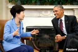 16일 바락 오바마 미국 대통령(오른쪽)이 백악관 집무실에서 박근혜 대통령과 담화를 나누고 있다.