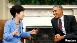 지난해 10월 미국을 방문한 박근혜 한국 대통령(왼쪽)이 백악관 집무실에서 바락 오바마 미국 대통령과 담화를 나누고 있다. (자료사진진)