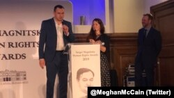 Produser film Ukraina Oleg Sentsov dianugerahi Penghargaan HAM 2018 pada acara di London, Kamis (14/11). (Foto: Meghan McCain Twitter)