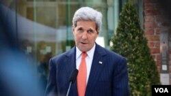 Menteri Luar Negeri John Kerry memberikan pernyataan mengenai negosiasi nuklir Iran di Wina, Austria (9/7).