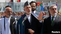Predsednik Karzai na proslavi nezavisnosti Avganistana sa kandidatima Ganijem (levo) i Abdulom u Kabulu 19. avgusta 2014.