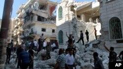 叙利亚军队弹道导弹袭击后的废墟:反政府武装现场查看