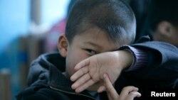 Seorang anak dengan autisme dalam sesi terapi di sebuah sekolah di Beijing. (Foto: Dok)