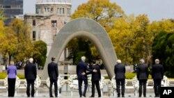 2016年4月11日美国国务卿克里(左中)参观广岛和平纪念公园。