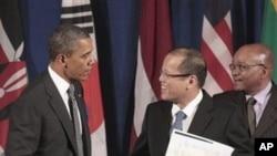 ປະທານາທິບໍດີສະຫະລັດ ທ່ານບາຣັກ ໂອບາມາຈັບມືກັບປະທານາທິບໍດີ ຟີລິບປິນ ທ່ານ Benigno Aquino III ທີ່ນະຄອນນິວຢອກ (20 ກັນຍາ 2011)