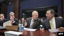 Giám đốc Cơ quan Tình báo Quốc gia Hoa Kỳ James Clapper (thứ nhì từ phải) điều trần trước Ủy ban Tình báo Hạ viện