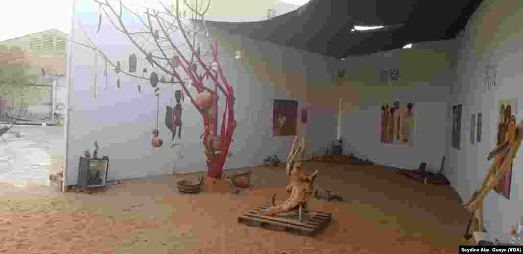 Des oeuvres présentées à l'exposition de Pape Samba Ndiaye, à Dakar, au Sénégal, le 16 mai 2018. (VOA/Seydina Aba Gueye)