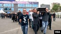 """გამოსვენება ტელეკომპანია """"რუსთავი 2""""-ის შენობიდან"""