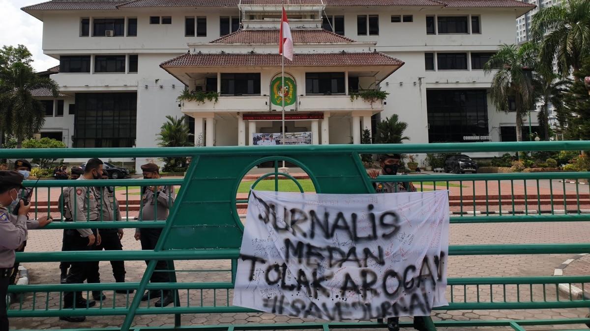 Diusir dan Dilarang Wawancara, Puluhan Jurnalis di Medan Demo Menantu Presiden