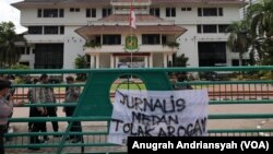 Spanduk kecaman terhadap tindakan arogansi dari pengamanan Wali Kota Medan, Kamis, 15 April 2021. (Foto: VOA/Anugrah Andriansyah)