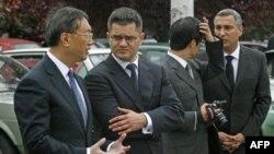 Ministar spoljnih poslova Srbije Vuk Jeremić i ministar spoljnih poslova Kine Jang Djieči razgovaraju pošto su polozili vence na mestu gde je 1999. bila Ambasada Kine, pogodjena u NATO bombardovanju.
