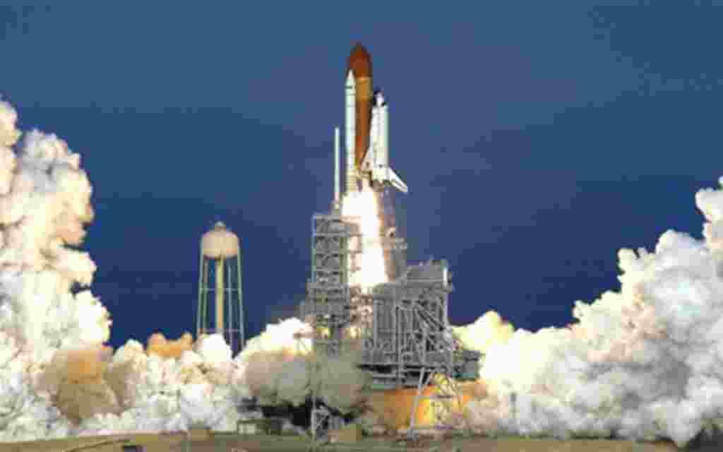 El trasbordador Discovery despega lo base espacial Kennedy en Cabo Cañaveral, Florida, en lo que sería su última misión.