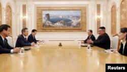 문재인 한국 대통령과 김정은 북한 국무위원장이 18일 평양 조선노동당 중앙위원회 본부청사에서 1차 정상회담을 하고 있다. 평양사진공동취재단.