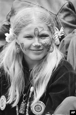 1967年在旧金山参与反文化运动集会的一名年轻女子