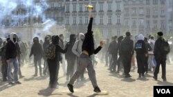 Los líderes sindicales se reunieron frente al Senado de Francia, en París, para mostrar su desacuerdo a la nueva ley.