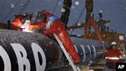 1300km 길이의 가스관을 설치하는 러시아 기술자들 (자료사진)