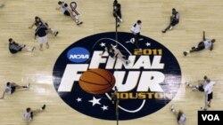 Los jugadores de Butler hacen estiramiento durante la fase de preparación para la final que se jugará este lunes en Houston.