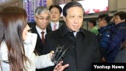 장예쑤이 중국 외교부 상무부부장이 15일 오후 인천공항을 통해 입국하며 기자의 질문을 받고 있다. 장 상무부부장은16일 임성남 한국 외교부 1차관과 '제7차 한·중 외교차관 전략대화'를 가질 예정이다.
