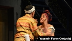 Graça Silva, actriz moçambicana, em acção; Adelino Branquinho, de Costas. Foto: Yassmin Forte