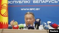 Qirg'iziston sobiq prezidenti Qurmonbek Bakiyev Minskda jurnalistlarga murojaat qilmoqda, 14-iyun, 2010-yil