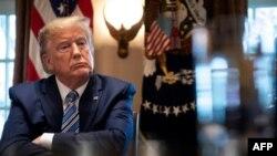 Presiden AS Donald Trump, mengumumkan larangan perjalanan dari Eropa ke AS selama 30 hari dan sejumlah langkah lain untuk menghentikan penyebaran virus corona, Rabu malam (12/3).